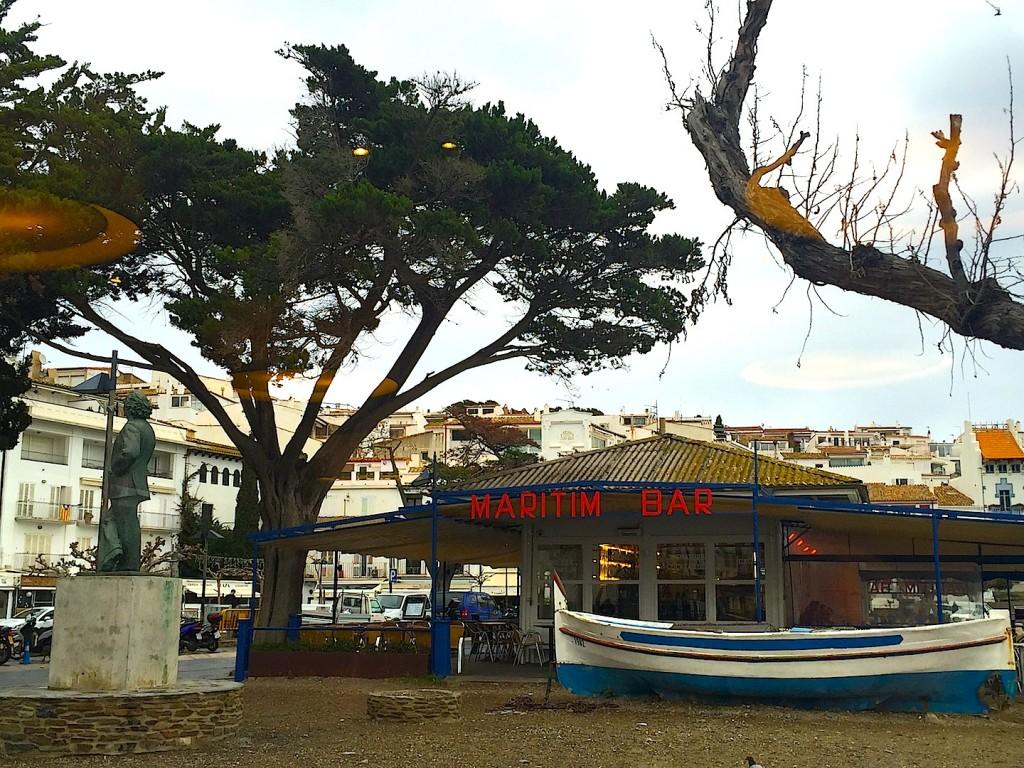 Cadaques, statuia lui Dali si un bistro pe malul marii
