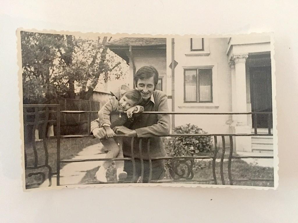 cu tata, pe gardul casei de la Campina, cca 1974