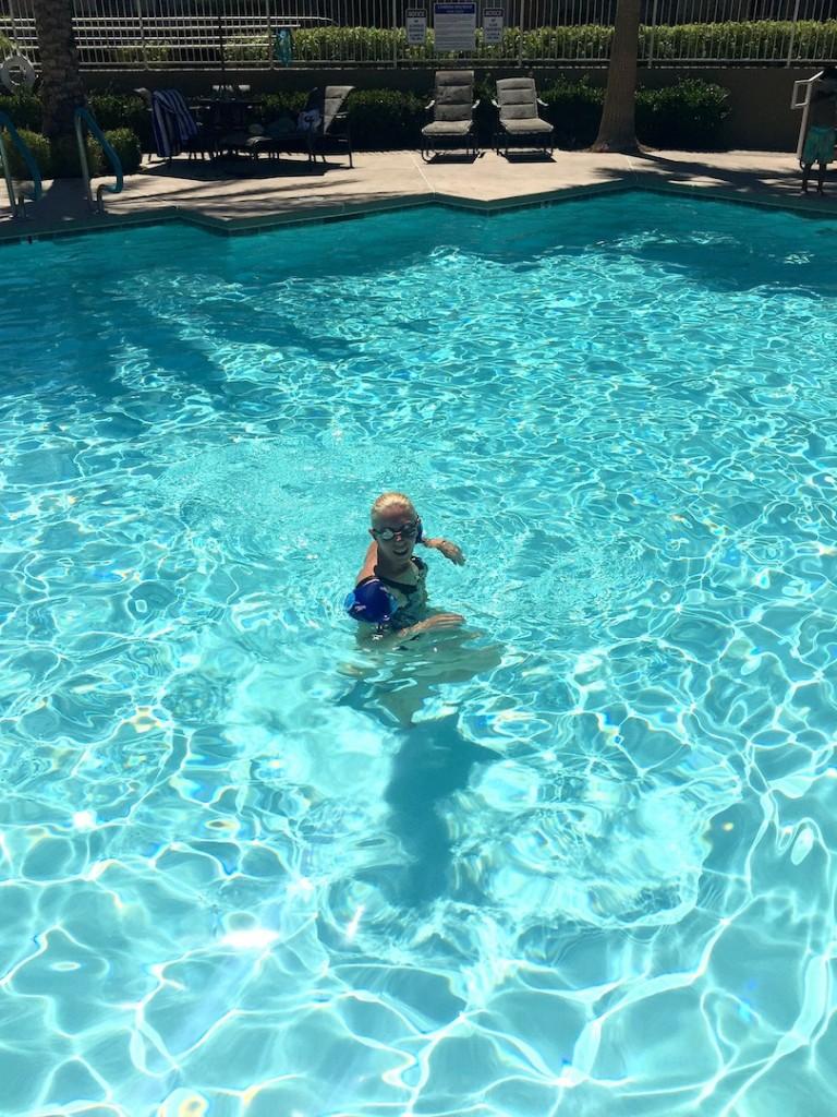 in piscina, Summerlin, august 2015