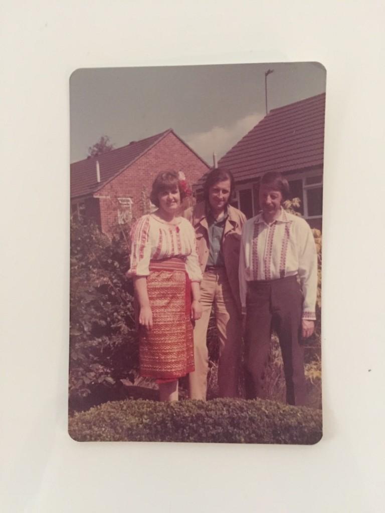 tata si prietenii nostri din Anglia, in costumele nationale primite cadou de la ai mei