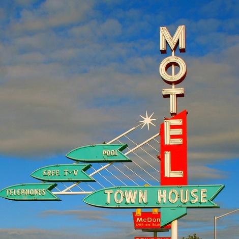 deschidere mare, Town_House_Motel
