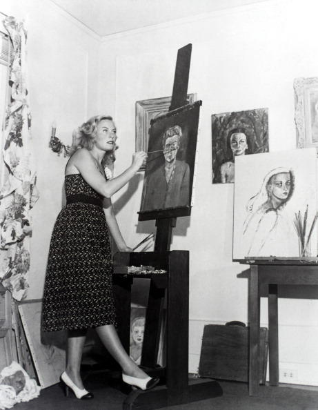 Michele Morgan picteaza in casa din Bverly Hills, 1946