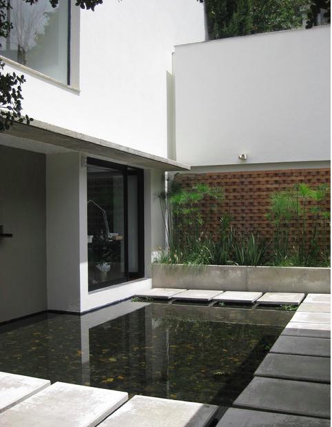 Casa Refugio, proiectata de Adriana Salazar este in moodboardul meu casa in care ma voi retrage la pensie.