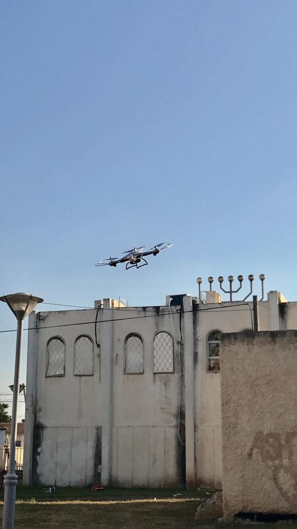 drona lui Avi, (care a rezistat doar doua zile) survoland sinagoga de langa casa parintilor mei, la Akko