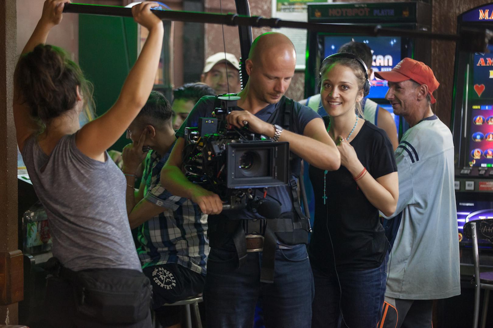 Soldatii. Poveste din Ferentari, credit photo Roller Coaster PR. Foto: Regizoarea si o parte din echipa de filmare