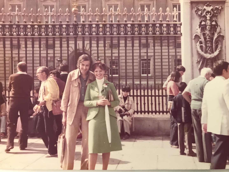Mama si tata la Buckingham Palace, august 1980