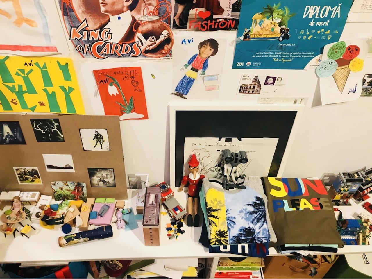 camera lui Avi