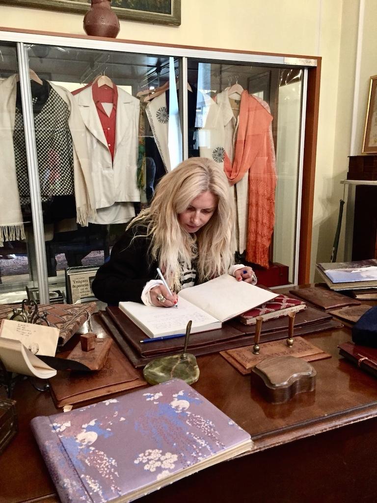 In muzeul de la etaj, scriu in caietul jurnal de vizitator