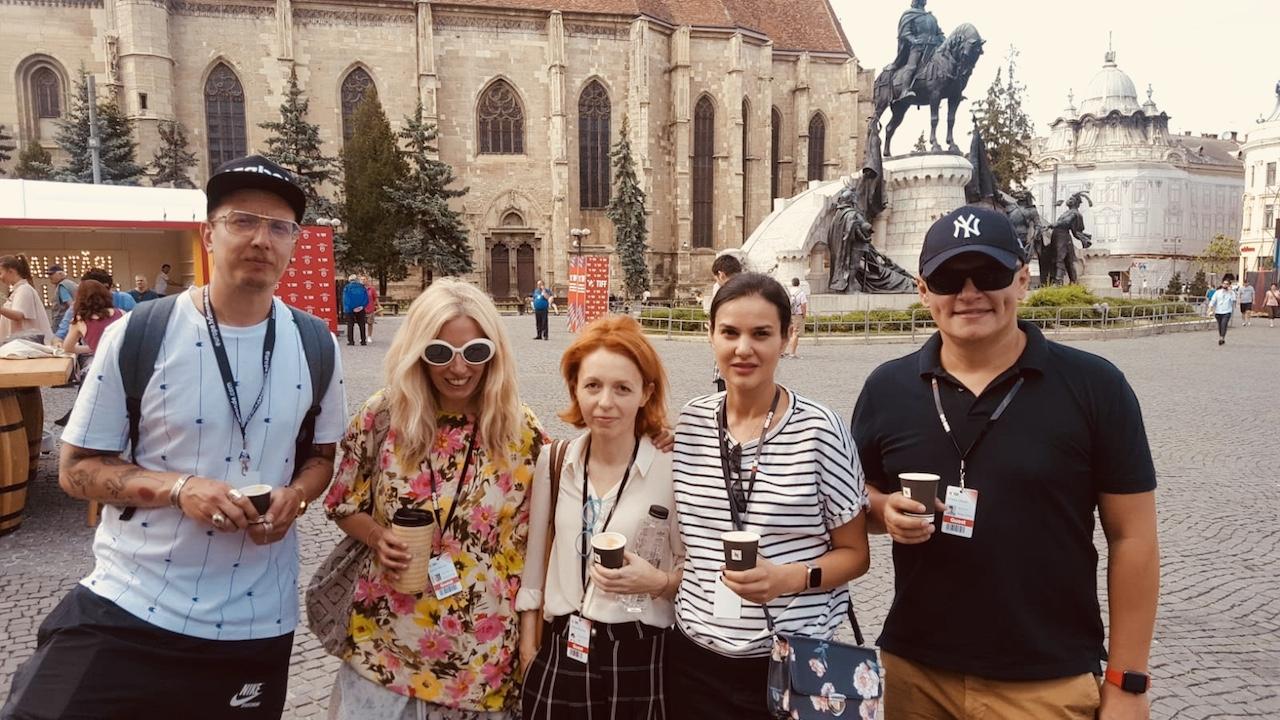 grup vesel de cinefili: de la dreapta la stanga, Manafu, Mara Stroe, Cristina Bazavan, eu si Mr. Otrava