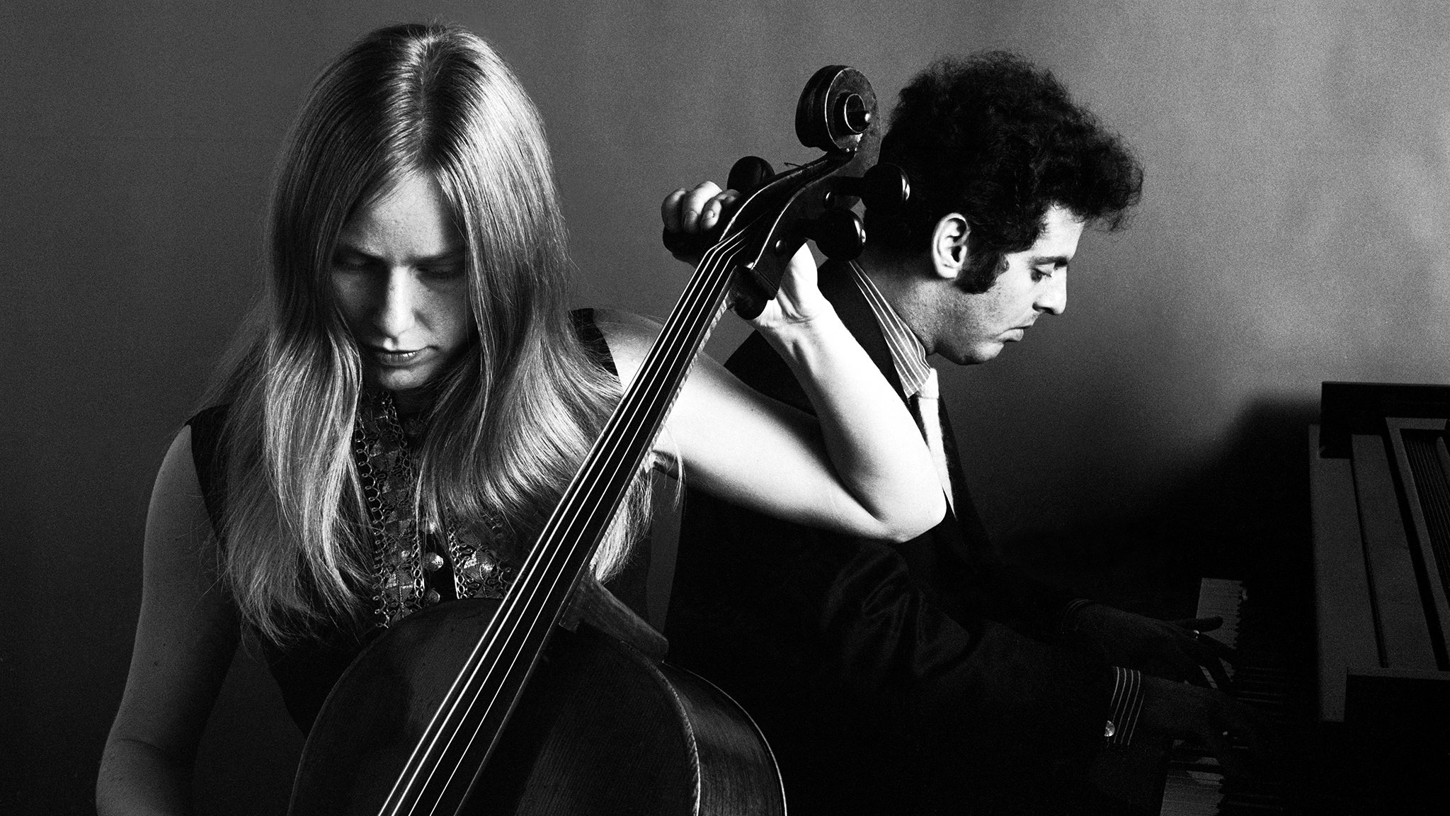 Portrait of Jacqueline Du Pre and Daniel Barenboim, 1960s. (Photo by Jack Robinson/Hulton Archive/Getty Images)