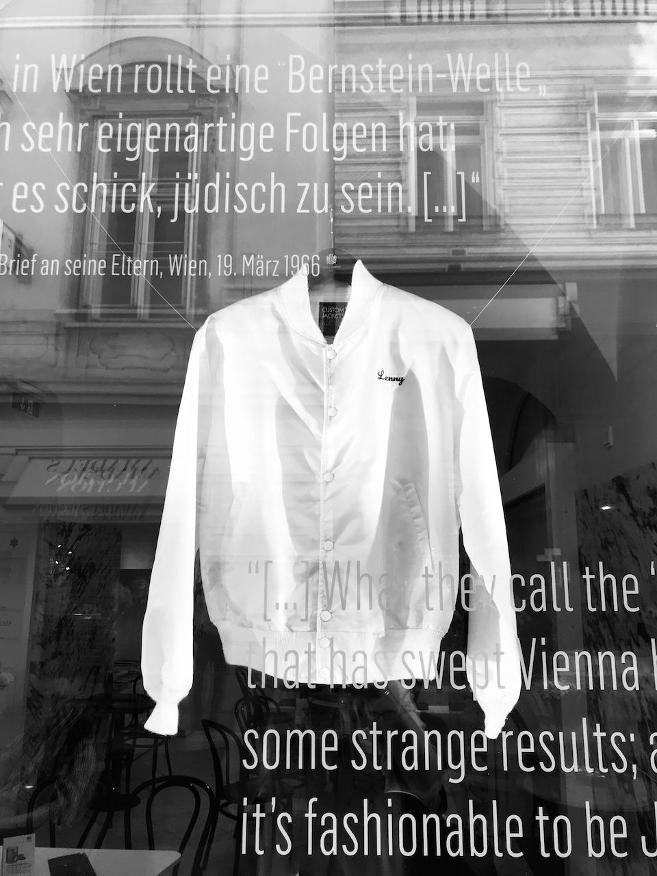 Jacheta lui Leonard Bernstein in vitrina Muzeului Evreiesc Viena