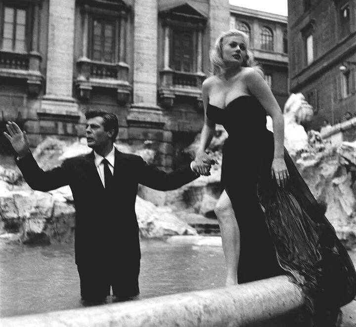 Anita Ekberg si Marcello Mastroianni filmeaza La Dolce Vitta