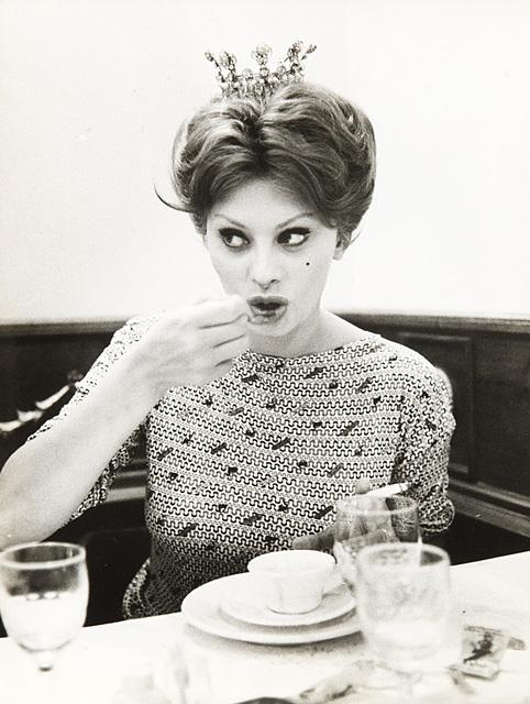 Sophia Loren bea cafea