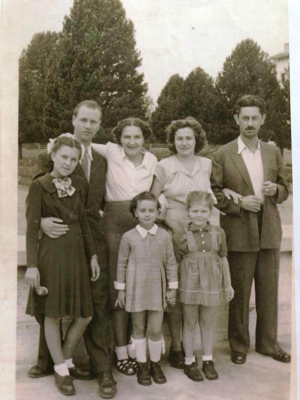Opapa, primul din dreapta, randul de sus, Omama, a treia din dreapta, randul de sus si mama, fetita din mijloc, probabil ca prin 1950