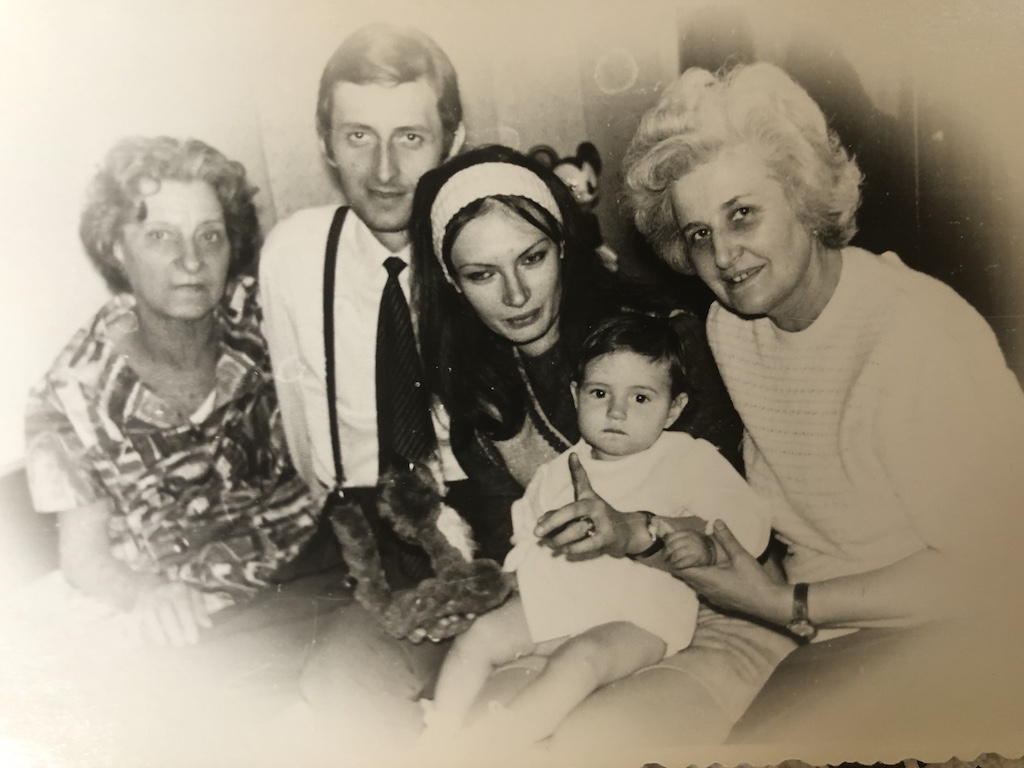 mamaie, tata, mama, bunica Elena si cu mine foarte mica
