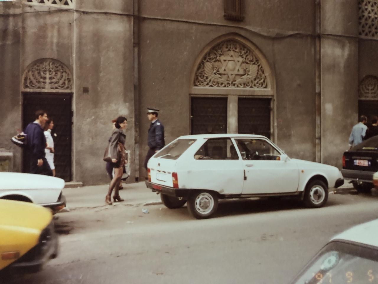 Langa Sinagoga Amzei, din Strada Tache Ionesc, 5 septembrie 1997. Aici aveam parul saten inchis. jpeg