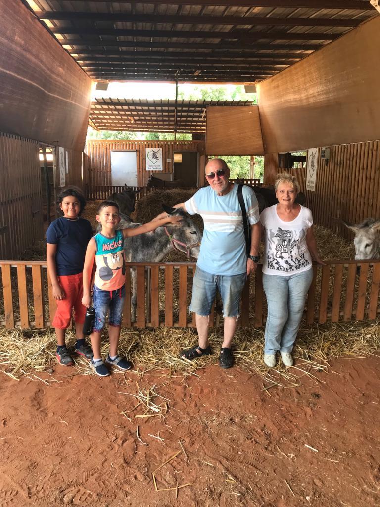 Mama, Dan, Avi si verisorul Andrei in vizita la magari, vara lui 2019