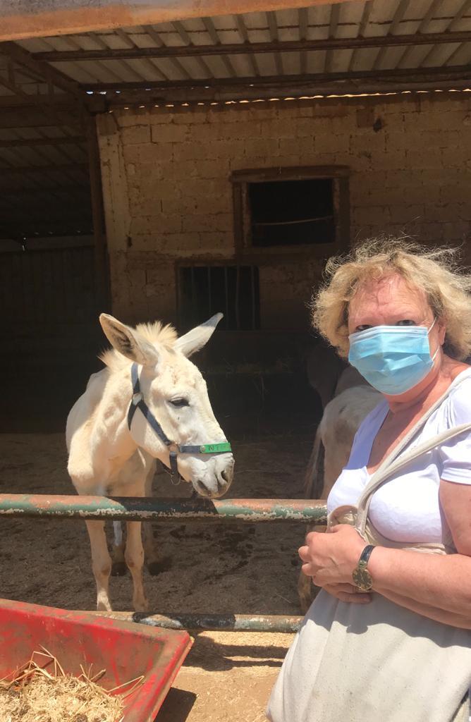 mama in vizita la magarii adoptati