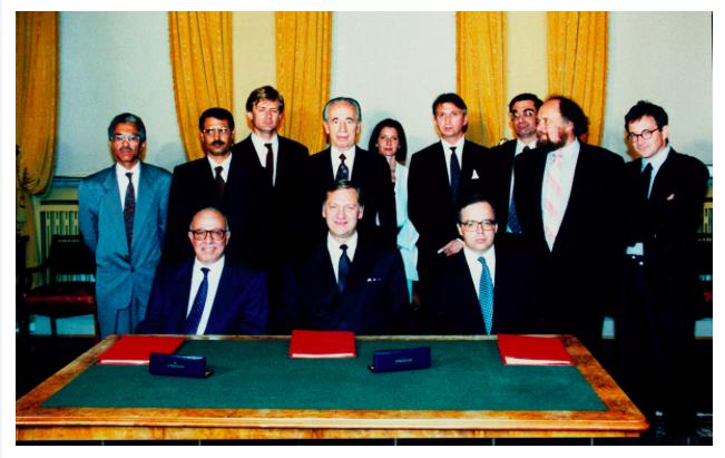 Fotografie de arhiva cu toti eroii Acordului de la Oslo